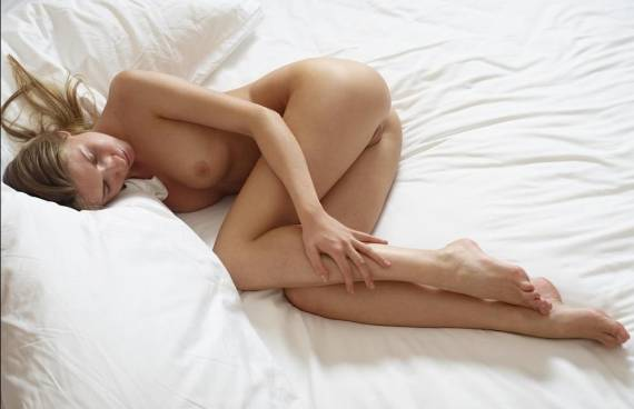 девушка спит голая