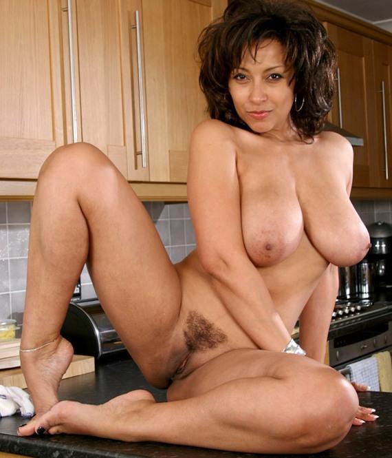 девушка голая на кухне