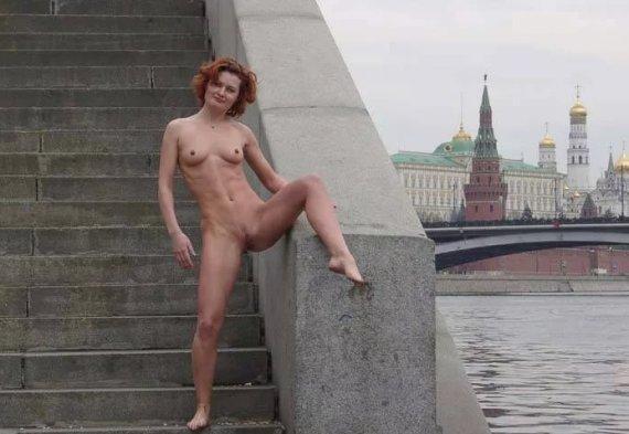 голая на набережной с видом на кремль