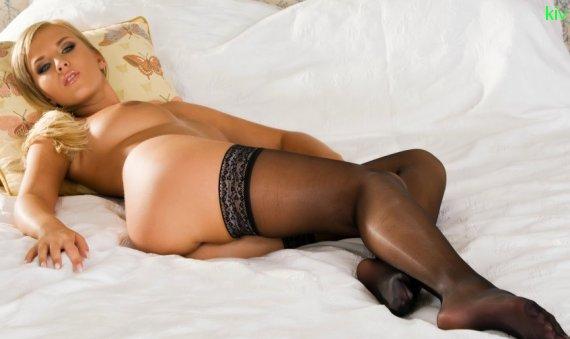 голая женщина в чулках