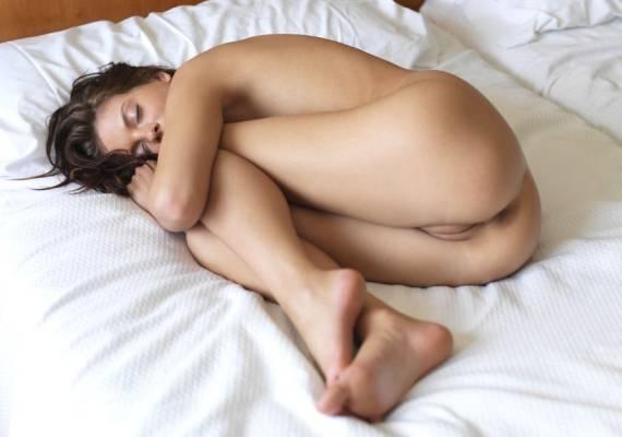 голая девушка свернулась калачиком