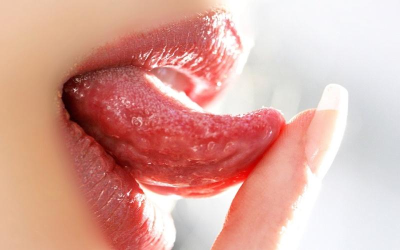 губы и язык женщины