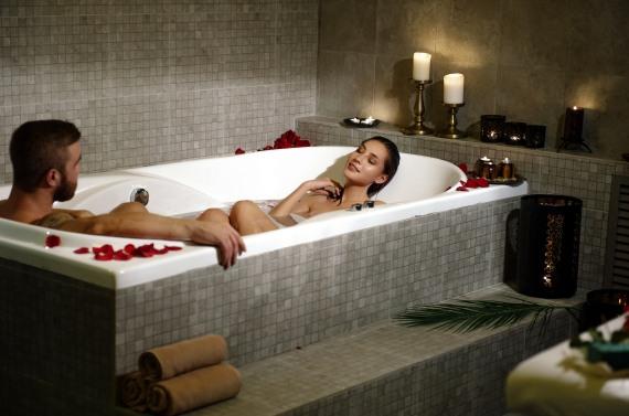 интимное омовение женщины душем
