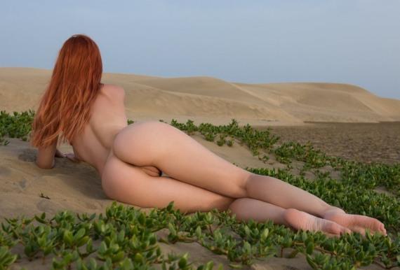красивая длинноногая голая девка
