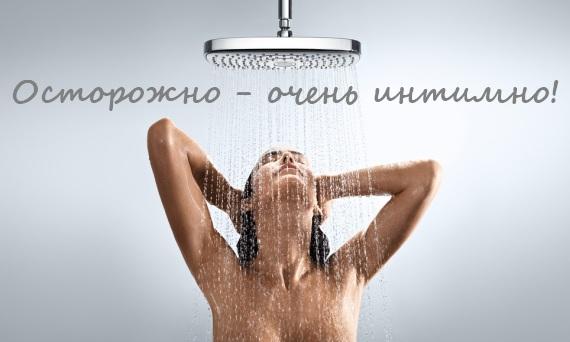 красивая женщина принимает душ