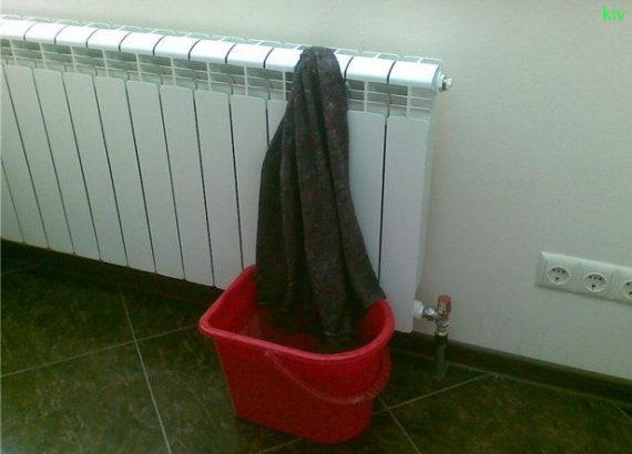 мокрое полотенце на батарее