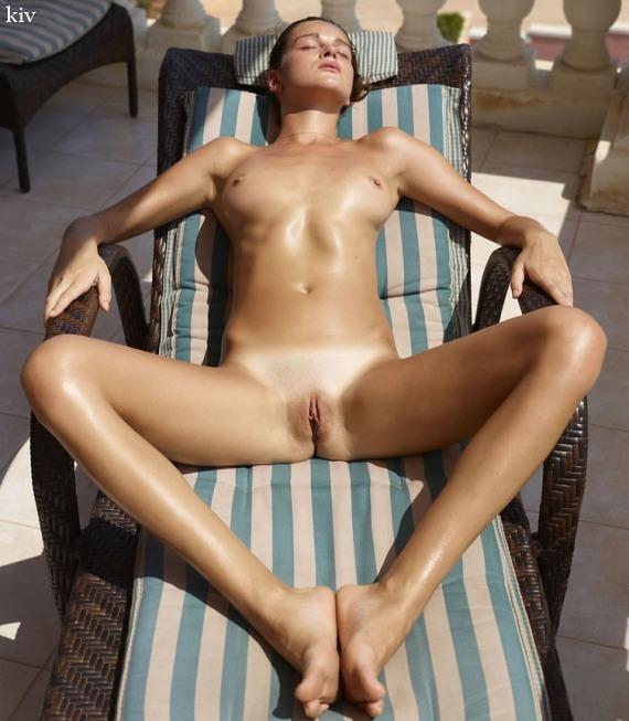 голая Аня загорает на балконе