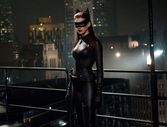 ночное фото женщины-кошки