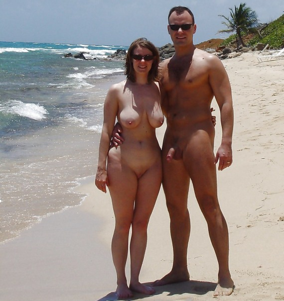 нудистский пляж на берегу океана