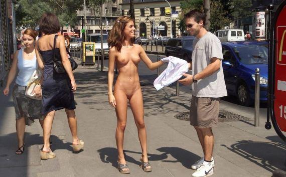 обнаженная девушка возле макдональдса