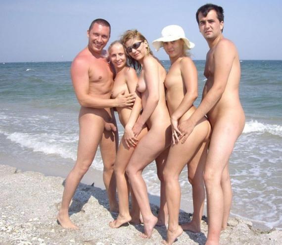 обнаженная компания на пляже