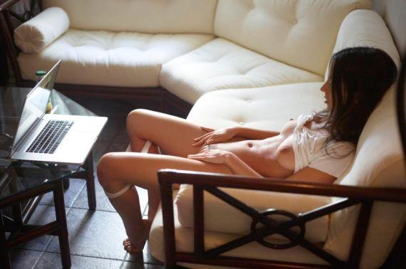 почему женщина смотрит порно
