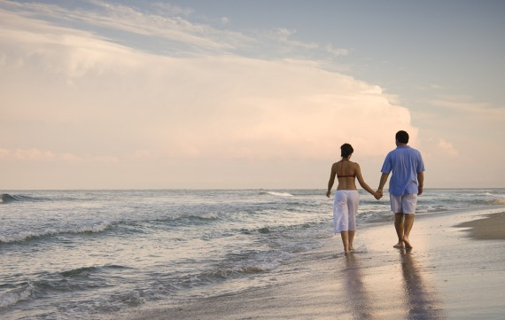 прогулка по пустынному пляжу романтична