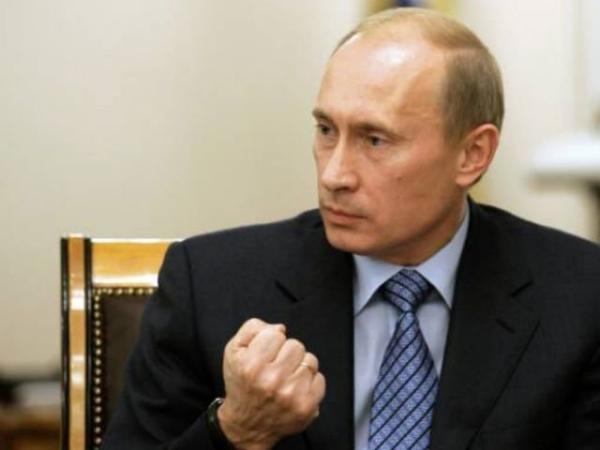 Путин грозит кулаком
