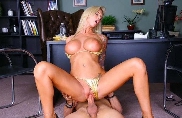 секс в офисе на полу