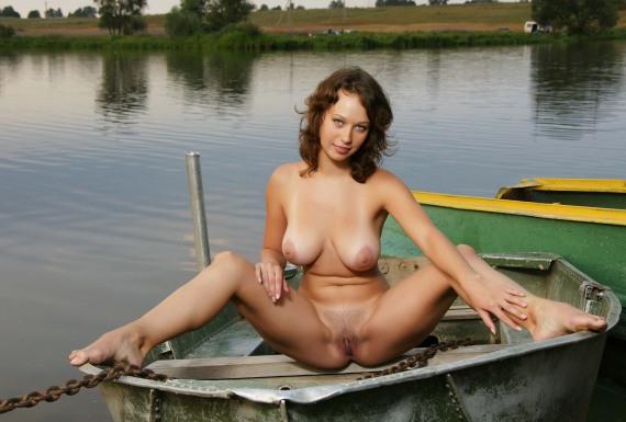сиськатая баба в лодке