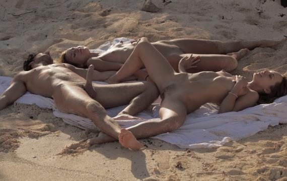 стоит член на нудистском пляже