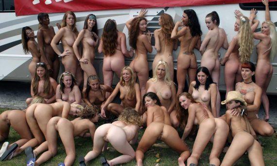 толпа голых баб в канаде