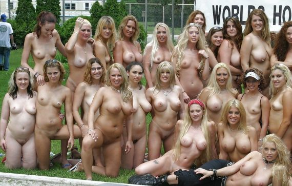 толпа голых баб в США