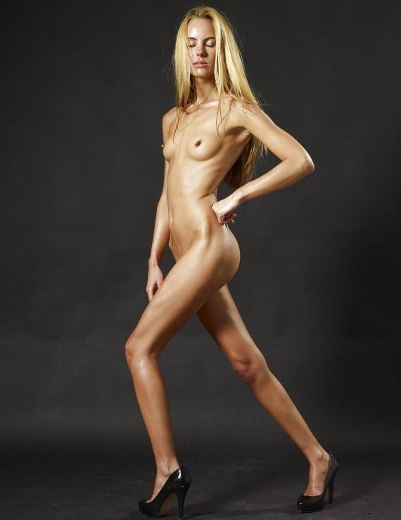тощая голая модель позирует на камеру