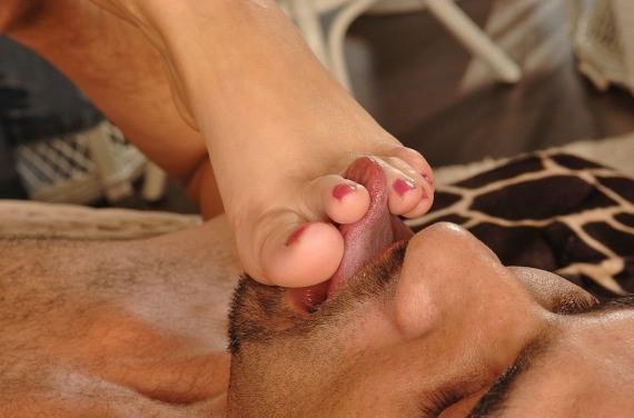 языком между пальцами ног