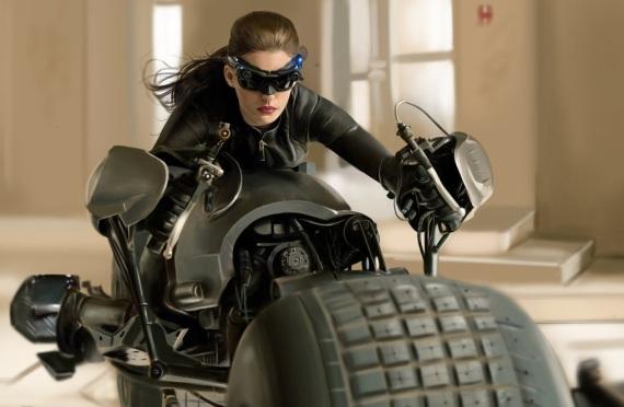 женщина-кошка на мотоцикле